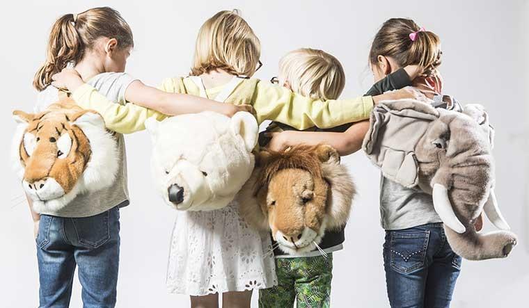 Découvrez les trophées animaux peluche, les déguisements et les sacs à dos de la marque Bibib